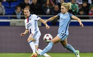 L'attaquante de l'Olympique lyonnais Eugénie Le Sommer déborde la milieu de terrain de Manchester City Isobel Christiansen lors de la demi-finale retour de Ligue des champions, le 29 avril 2017 au Parc OL.