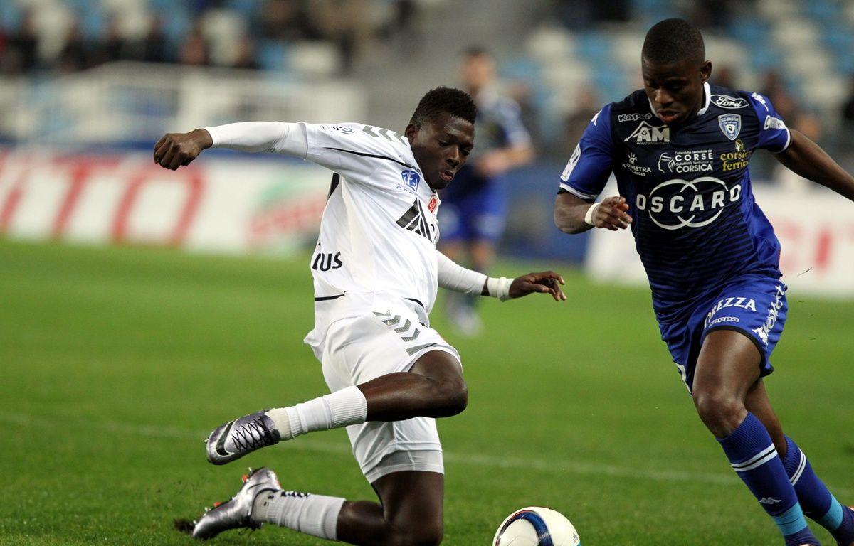Hamari Traoré au tacle lors de Bastia-Reims, en décembre 2015. – P. Pochard-Casabianca / AFP