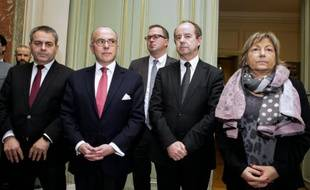 (De g à d) le président de la région Nord-pas-de-Calais-Picardie Xavier Bertrand, le ministre de l'Intérieur Bernard Cazeneuve, celui de la Justice, Jean-Jacques Urvoas, et la maire de Calais Natacha Bouchart au ministère de l'Intérieur à Paris, le 3 février 2016