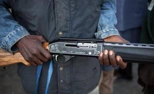 Un homme armé à Yola au Nigeria le 4 décembre 2014 vient de participer à une opération contre le groupe islamiste Boko Haram
