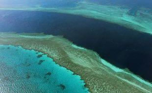Photographie aérienne  de la Grande barrière de corail, au large des Whitsunday Islands, dans l'Etat du Queensland en Australie.