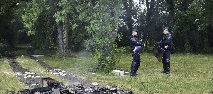 Des gendarmes aux abords du site de la rave party de Redon organisée le 18 juin 2021.