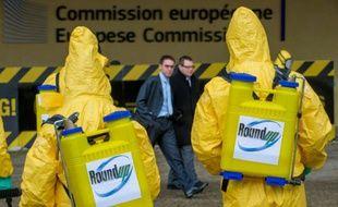 Photographie transmise par Greenpeace le 7 novembre 2012 montrant des militants manifestant ce jour-là devant la Commission européenne à Bruxelles contre l'autorisation du glyphosate