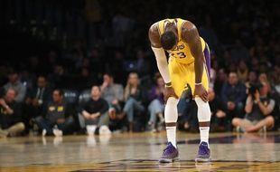 LeBron James abattu après la défaite des Lakers contre les Clippers le 4 avril 2019, qui compromet un peu plus les chances de qualifications pour les playoffs.