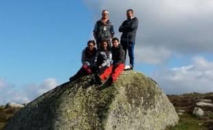 Jacques Moreau, ancien directeur de recherches du CNRS (2e rang à gauche), et quatre jeunes de banlieue: Youssef (2e rang à droite) et au premier rang Elisa, Nina, Arthur, le 27 avril 2016 à Les Salces, en Lozère, pour une marche préparatoire dans l'Aubrac