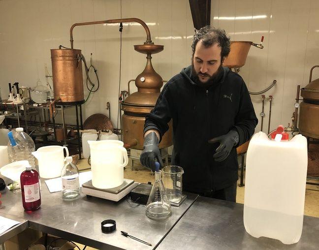 Artisan distillateur près de Rennes, Julien Fanny s'est lancé depuis quelques jours dans la fabrication de gel hydroalcoolique.