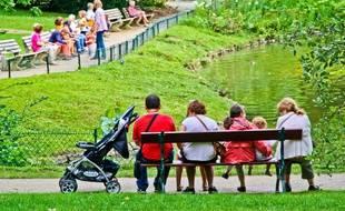 Famille sur un banc a cote une poussette au jardin des plantes du Mans 72 Pays de la Loire France 09 Aout 2014/Credit:GILE MICHEL/SIPA/1410061712