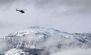 Un hélicoptère de secours survole la zone où a eu lieu une avalanche en Colombie-Britannique, au Canada, le 14 mars 2010.