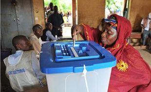 Une femme vote pour l'élection présidentielle à Bamako, au Mali, le 11 août 2013.