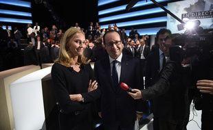 François Hollande à côté de Karine Charbonnier, chef d'entreprise, après leur passage sur TF1 le 6 novembre 2014.