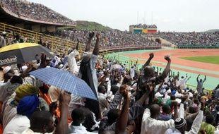 """Pour la première fois depuis le début de l'occupation du nord du Mali par des groupes islamistes fin mars, une foule de 50.000 à 60.000 personnes s'est rassemblée dimanche dans un stade de Bamako pour appeler à """"la paix et à la réconciliation"""" dans leur pays."""