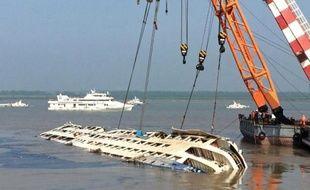 Des grues redressent le navire Etoile de l'Orient dans le fleuve Yangtze à Jianli le 5 juin 2015