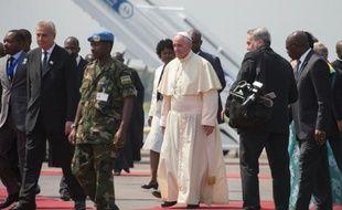 Le pape François (c) à son arrivée à Bangui, le 29 novembre 2015