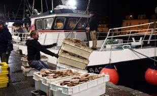 Un bateau de pêche à Port en Bessin (Normandie).