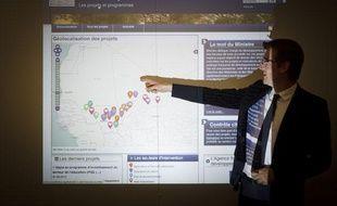 Pascal Canfin, ministre délégué au Développement, présente le site Internet dédié à la transparence de l'aide française au Mali lancé le 18 septembre 2013 par le ministère des Affaires Etrangères.