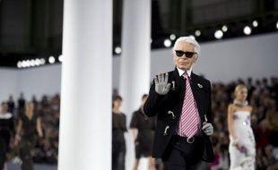 """Le créateur Karl Lagerfeld a démenti dimanche soir avoir traité le président François Hollande d'""""imbécile"""" comme l'a rapporté l'édition espagnole du magazine Marie Claire, invoquant un problème de traduction dans l'entretien."""