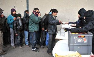 L'association Salam distribue des repas chauds aux migrants à Calais.