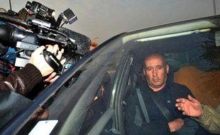 Loïc Sécher, condamné à 16 ans pour le viol d'une  adolescente qui s'est rétractée depuis, répond aux questions des  journalistes à bord d'une voiture d'un membre de son comité de soutien,  le 13 avril 2010, à sa sortie du Centre de Détention de Nantes.