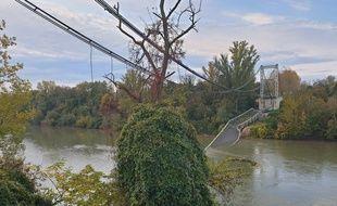 Le pont suspendu de Mirepoix-sur-Tarn s'est effondré ce lundi matin, vers 8h.