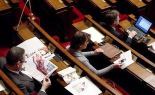 """Au dixième jour, les discussions sur le mariage homosexuel semblaient vendredi toucher à leur fin à l'Assemblée nationale, la gauche plaidant pour arrêter rapidement un """"débat qui tourne à vide"""" et les irréductibles UMP dans l'hémicycle accélérant le rythme."""