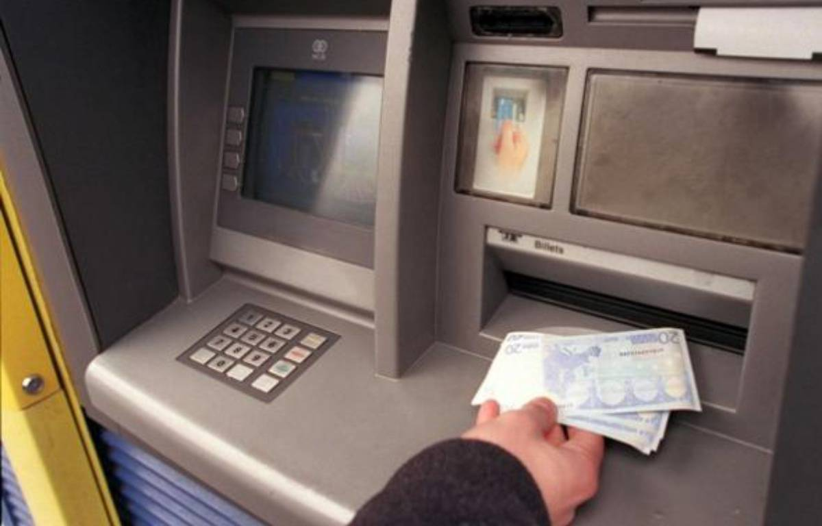 Retrait d'argent à un distributeur de billets.  – JOBARD/SIPA