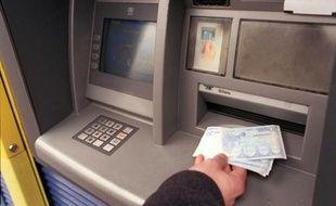 Retrait d'argent à un distributeur de billets.