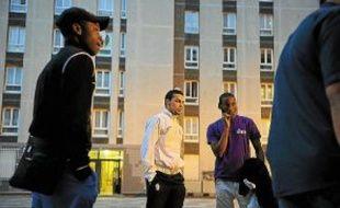Des jeunes discutent, à la cité Paul-Eluard de Bobigny (Seine-Saint-Denis).