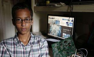 Ahmed Mohamed, 14 ans, pose avec son horloge dans sa maison au Texas (Etats-Unis) le 16 septembre 2015.