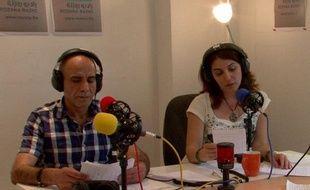 Deux journalistes de la Radio Rozana dans leur bureau à Paris, dont l'adresse est tenue secrète pour raisons de sécurité.