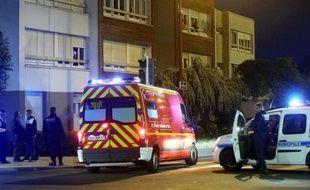 Des véhicules de police municipale et de pompiers dans le quartier où un homme ivre a tiré sur des passants, en tuant un et en blessant deux autres, le 30 mai 2015 à Woippy en Moselle
