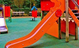 Une aire de jeux dans un jardin public. Illustration.