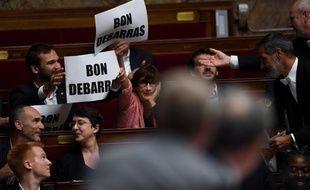 La France Insoumise brandit des panneaux
