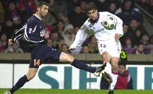Cédric Barbosa (à g.), ici face au Lyonnais Juninho, a joué six saisons sous les couleurs de Montpellier.