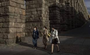 Des piétonnes marchent, masquées, le long de l'aqueduc de Ségovie, au nord-ouest de Madrid, samedi 19 septembre.