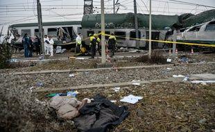 Des secouristes italiens sur le lieu du déraillement du train près de Milan le 25 janvier 2018.
