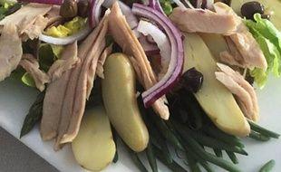 La chef Hélène Darroze ajoute des haricots verts à sa salade niçoise, un sacrilège pour les internautes.