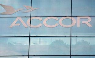 """Le groupe hôtelier français Accor va céder son pôle """"hôtellerie économique"""" en Amérique du nord au fonds d'investissement Blackstone pour 1,9 milliard de dollars, a-t-il annoncé mardi dans un communiqué."""