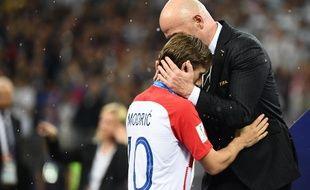 Luka Modric consolé par Gianni Infantino, le 15 juillet 2018 à Moscou.