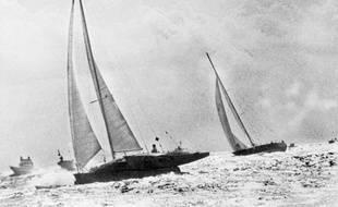 Lors de la première Route du Rhum en 1978, Mike Birch sur son petit trimaran jaune double Michel Malinovskyet son voilier au large de la Guadeloupe. Et l'emporte pour 98 secondes.