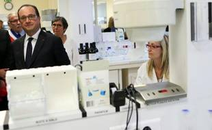 Visite du président François Hollande dans un laboratoire de fabrication de médicaments antidouleurs, le 17 mai 2016 au Grand-Quevilly près de Rouen