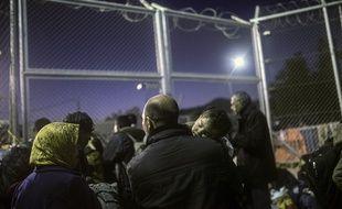 Des réfugiés et des migrants attendent d'être enregistrés après leur arrivée sur l'île grecque de Lesbos, le 16 novembre 2015.