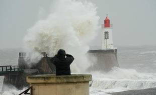 Des curieux observent les vagues lors du passage de la tempête Joachim, aux Sables d'Olonne, le 16 décembre 2011.
