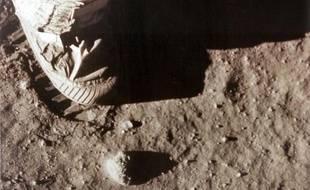 """Neil Armstrong avait assuré sa place dans l'Histoire en déclarant, alors qu'il foulait le sol lunaire : """"C'est un petit pas pour l'homme, mais un bond de géant de l'humanité""""."""