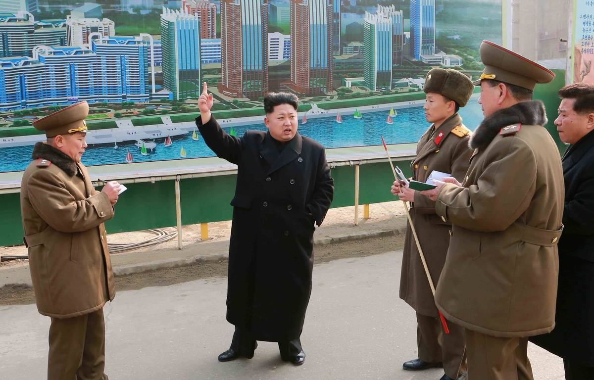 La Corée du Nord, dirigée par Kim Jong-Un (au centre), affirme que son programme spatial a des visées purement scientifiques. – CHINE NOUVELLE/SIPA