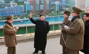 La Corée du Nord, dirigée par Kim Jong-Un (au centre), affirme que son programme spatial a des visées purement scientifiques.