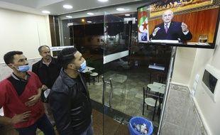 L'intervention du président Abdelmadjid Tebboune est suivi à la télévision par des Algérois, jeudi 18 février.