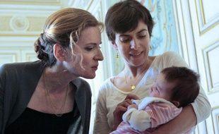 La ministre de l'Environnement avec l'un des bébés participant à l'enquête Elfe (Etude longitudinale fraçaise depuis l'enfance)