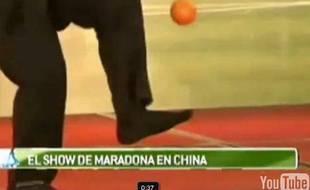Capture d'écran de Diego Maradona qui jongle avec une orange sur un plateau télévisé en Chine.
