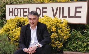 Gilles Bourdouleix posant devant sa mairie deCholet, le 26 mai 2006.