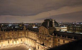 Sur le toit du musée du Louvre, à Paris.